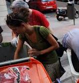 Gente normal buscando en la basura